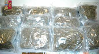 Conserva 5 chili di marijuana ai piedi del letto. I poliziotti lo arrestano