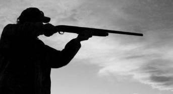 Scambia il tecnico del Tribunale per un ladro e gli spara con il fucile: Denunciato dai Carabinieri