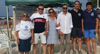 Volontari al mare per una giornata di sensibilizzazione sul diabete e sulla corretta alimentazione.