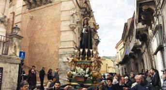 Settimana santa a Ragusa Ibla, ieri sera le prime tre processioni ricche di fascino e suggestioni. Si continua pure oggi e domani