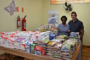 Alimentos foram entregues por diretor de Cultura e Turismo, Marcelo Iamarino (Divulgação)