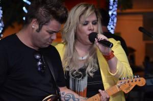Carol Marques com o guitarrista Renato Albannez durante show na Praça (Divulgação)