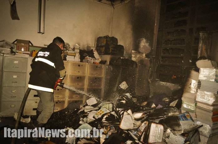 Defesa Civil conseguiu controlar as chamas, que destruíram parte dos materiais da escola (Paulo Godoy)