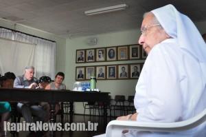 Irmã Odila, uma das mais antigas freitas da Irmandade, acompanha anúncio de Pacheco