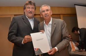 Paganini com o secretário Silvio Torres, em evento que liberou recursos ao município (Divulgação)