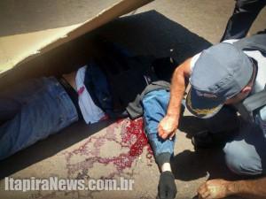 Suspeito de assalto foi atingido e morreu no local (Divulgação)