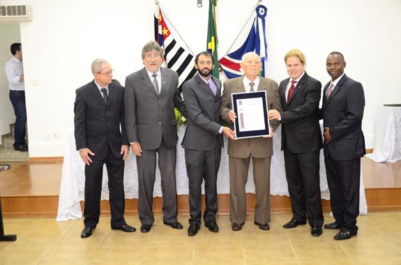 Luiz Ehmke recebeu a honraria em meio a vereadores e ao prefeito (Divulgação)