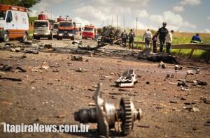 Pedaços dos veículos ficaram espalhados pela pista