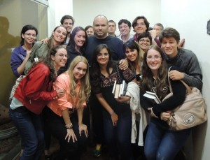 Membros do Clube do Livros com os escritores André Vianco e Carolina Munhóz (Divulgação)