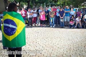 Envolta na bandeira do Brasil, Cristina fala aos servidores: greve está suspensa