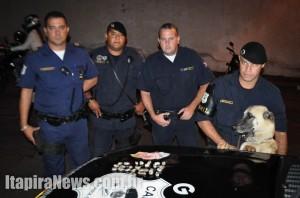 Tyson com os guardas envolvidos na ocorrência; mais maconha apreendida