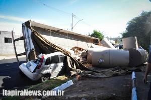 Dois carros ficaram destruídos
