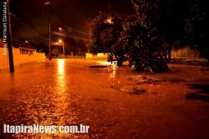 Córrego transbordou e invadiu avenida (Harrison Dalalana)