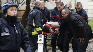 Atiradores mascarados mataram pelo menos 12 pessoas durante um ataque à sede da revista satírica francesa Charlie Hebdo, em Paris (Reprodução/BBC)