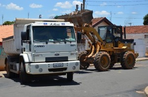 Caminhões e máquinas vão recolher detritos (Divulgação)
