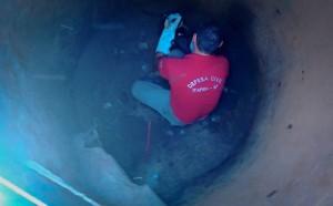 Cão foi retirado de poço por agente civil (Divulgação/UIPA)