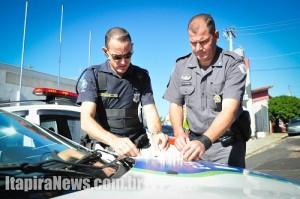 Guardas e policiais apresentam drogas na Delegacia