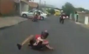 Imagem mostra momento em que suspeitos caem da moto em fuga da PM (Reprodução)
