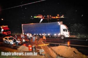 Caminhão ficou preso em valeta, que também bloqueou acesso à empresa