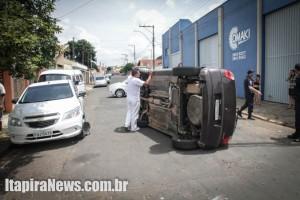 Veículo tombou após condutor perder controle e bater em outro carro
