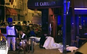 Vítimas deitadas no chão em restaurante de Paris nesta sexta-feira (Thibault Camus/AP)