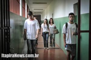 Vice-diretora acompanhou alunos em vistoria no prédio