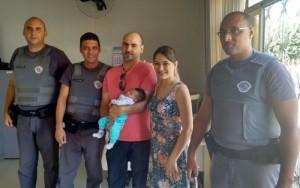 Policiais posaram para foto com pais e bebê em Estiva Gerbi (Divulgação)