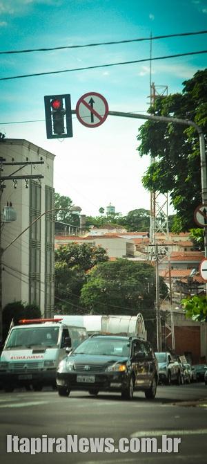 Projeto prevê que semáforos operem com amarelo intermitente