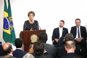 A presidente Dilma disse que irá propor grande pacto nacional para superar a crise e promover o desenvolvimento, caso derrote o pedido de impeachment (Fabio Rodrigues Pozzebom/Agência Brasil)