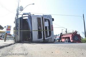 Acidente deixou motorista ferido e provocou danos na rede elétrica
