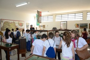 Estudantes conferiram objetos históricos e animais empalhados em Itapira (Divulgação)