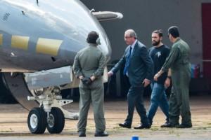 O ex-presidente da Câmara dos Deputados, Eduardo Cunha, embarca para Curitiba após ser preso pela Polícia Federal (Wilson Dias/Agência Brasil)