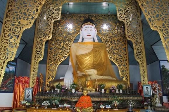 Giant Buddha inside Wat Jong Klang