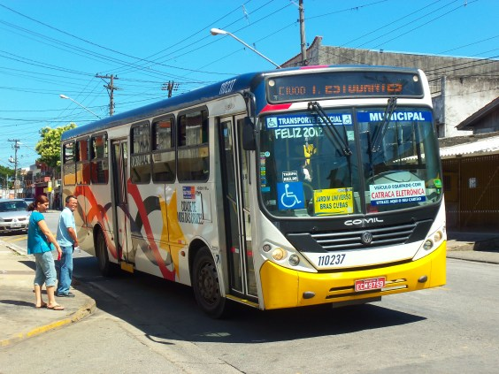 Dennis Rizzoli – Coletivo: Passengers wait to board a city bus in Mogis das Cruzes on the outskirts of São Paulo, Brazil (Dennis Rizzoli, Wikimedia Commons)