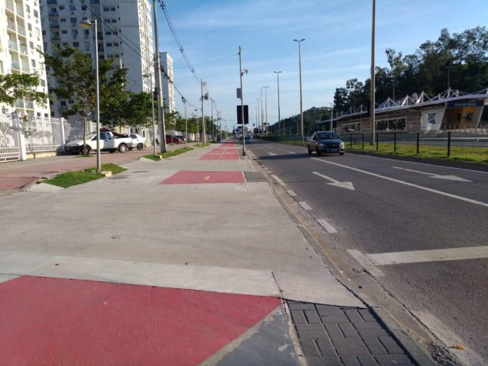 Salvador Allende Avenue has a cycleway parallel to the corridor, with discontinuities for vehicles access, especially between the stations Minha Praia and Asa Branca