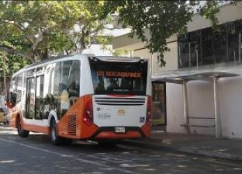 """""""Pre-troncal"""" bus at final stop in Bocagrande. From here it passes through city streets and enters the busway at Bodeguita."""