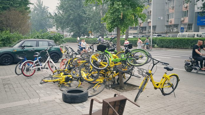 Dockless bikes clutter and obstruct the sidewalk | Image Credit: Ji Zhang (Flickr)