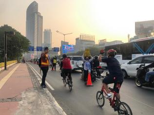 During peak rush hour times, a dedicated cycle lane was set up in Jakarta.