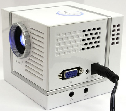 thanko-miseal-mini-projector-palm-sized-1.jpg