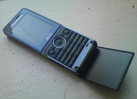 Sony Ericsson Twiggy flip phone