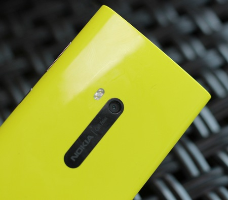 Nokia Lumia 920 Flagship Windows Phone 8 Smartphone live shot back