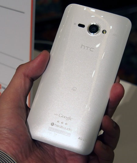 KDDI au HTC J Butterfly gets 5-inch 1080p Touchscreen live shot back
