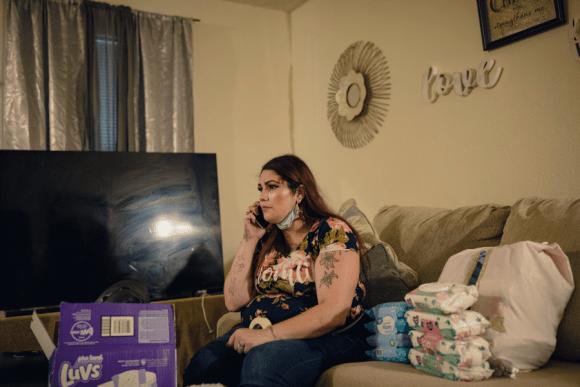 Para obtener asistencia social, estas madres solteras se ven obligadas a compartir casi todo lo que saben sobre los padres de sus hijos
