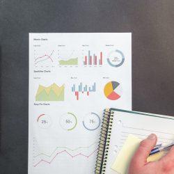 Reporte sobre una mesa con gráficos