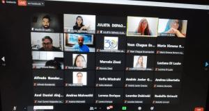 Captura de Zoom con los participantes ingresando (44 en ese momento)