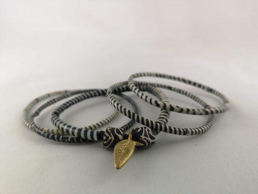 armband zwart wit recycled plastic duurzaam eco fairtrade teenslippers flipflop 122334486023 1