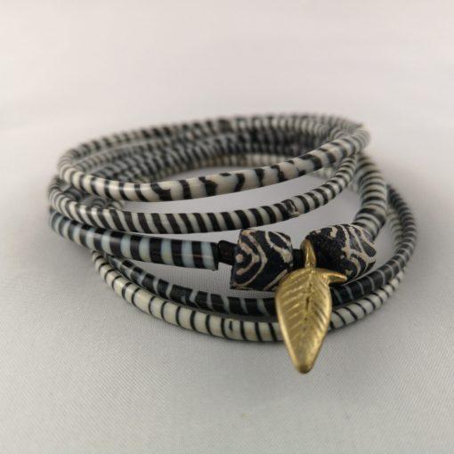 armband zwart wit recycled plastic duurzaam eco fairtrade teenslippers flipflop 122334486023 2