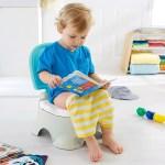Copil pe olita, citind o revista