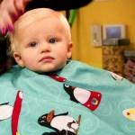 Cum decurge prima tunsoare pentru bebelusi