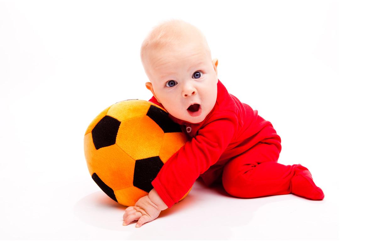 Jocul cu mingea la bebelusi, pe etape de varsta
